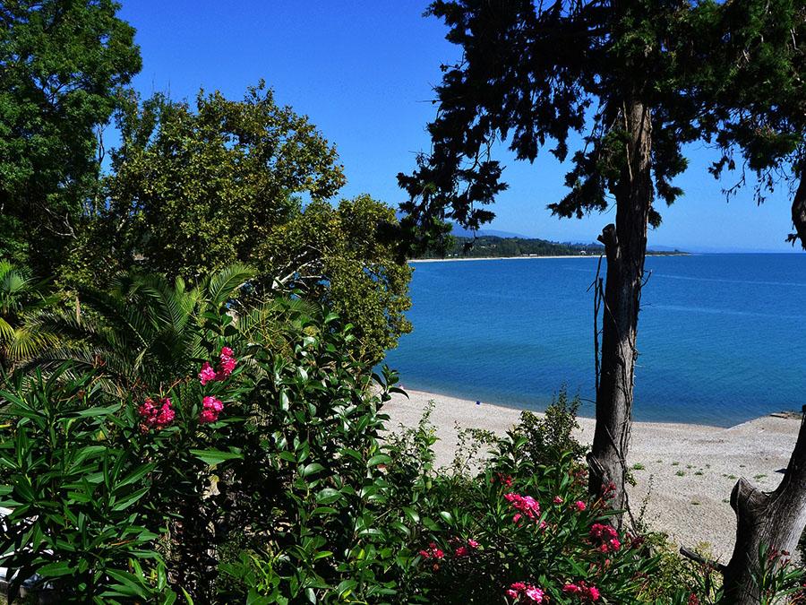 Абхазия — потрясающе красивая природа, чистейшее море и неповторимый колорит Кавказа!